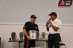 Jimi Day awarding Greg Thurmond with the Participant's Choice award