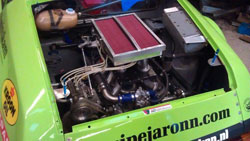 Lawson designed and built a 'special box' to fit above the inlets which allows it to house a standard K&N air filter.