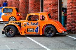 Der hellorgangene Mickel Motorsports Wagen ist kaum auf den UK Rennstrecken zu übersehen.